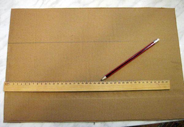 Лист картона разлинован, на нём лежат линейка и карандаш