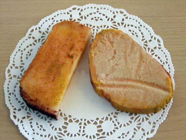 Ломтики хлеба из поролона лежат на кружевной салфетке