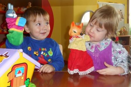 Мальчик и девочка с бибабо лисичкой и зайчиком