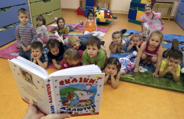 Малышам демонстрируются иллюстрации к книге сказок