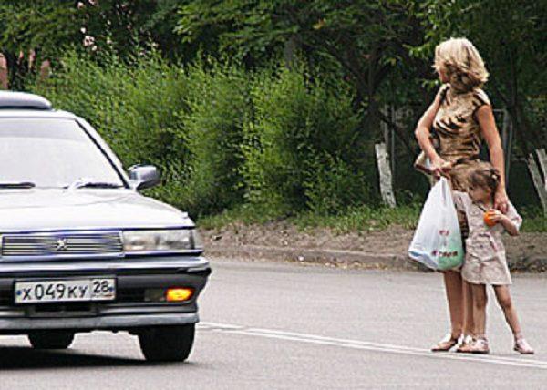 Мама с дочкой переходят дорогу не по зебре