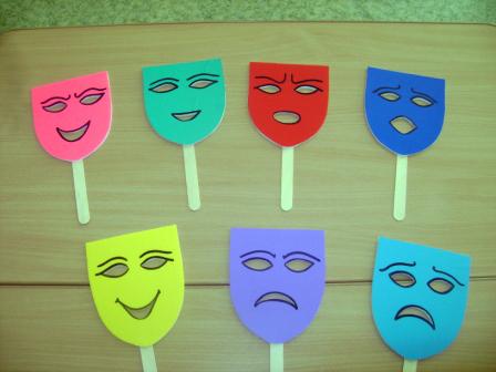 Маски на палочках с выражением различных эмоций