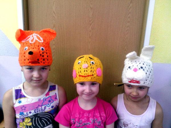 Три девочки в вязаных масках-шапочках