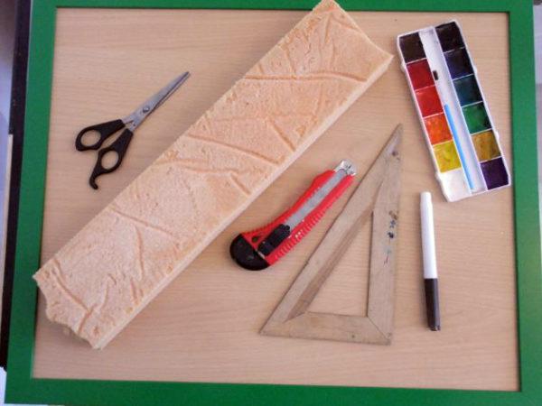 Краски, ножницы, линейка и другие материалы лежат на столе