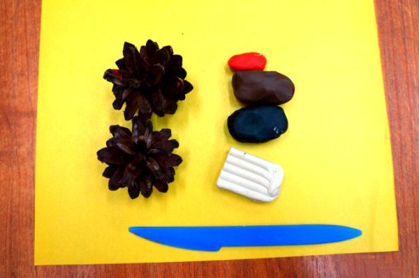 Две сосновые шишки, кусочки пластилина, стека