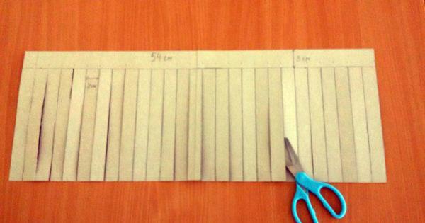 Бумага разрезана по вертикальным линиям
