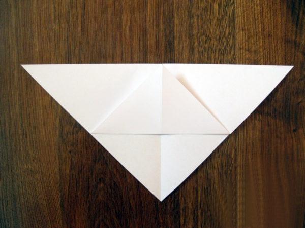 Нижний угол треугольника отогнут вверх