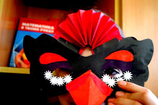 Девочка в маске птицы