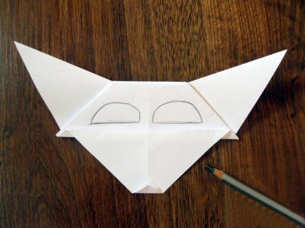 На маску нанесены очертания глаз