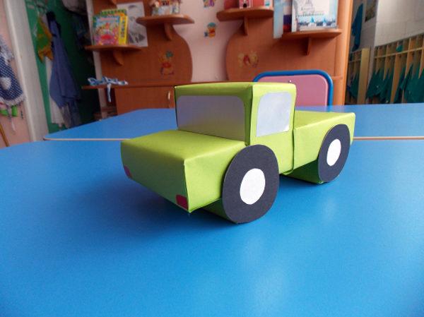 Оформленная кабина с приклеенными колёсами, фарами и окнами