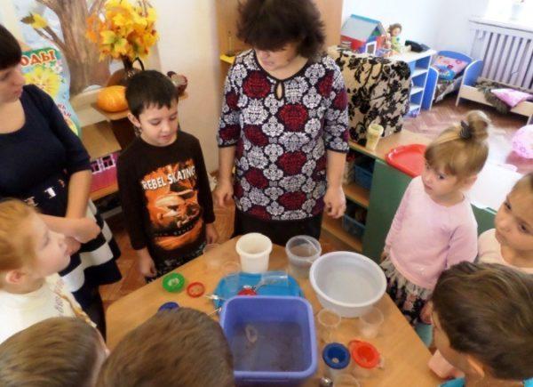 Дети и воспитатель проводят опыты с водой