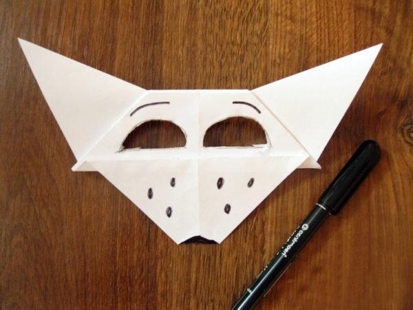 В маске вырезаны отверстия для глаз
