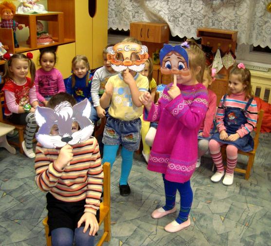 Три ребёнка в масках показывают представление, остальные дети наблюдают