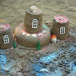 Три башенки из песка, украшенные ракушками