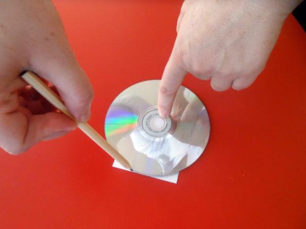С помощью диска рисуют полукруг на бумаге
