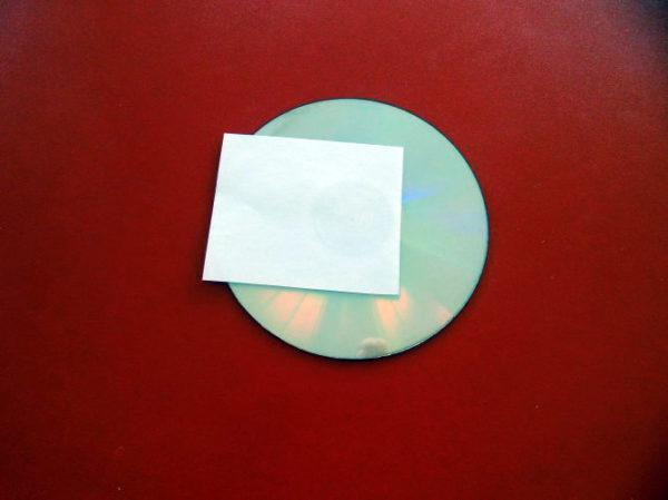 Диск с приклеенным к нему прямоугольником белой бумаги
