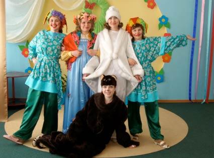 Пятеро взрослых в костюмах: снегурочка, барышня, медведь, скоморохи