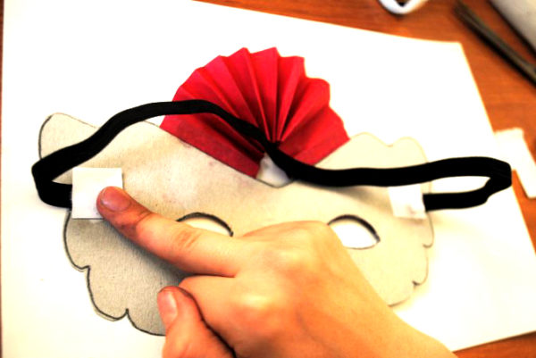 С обратной стороны маски прикреплена резинка