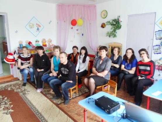 Родители сидят на родительском собрании в помещении группы