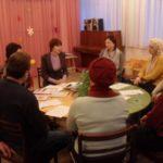 Родители и воспитатель сидят за круглым столом