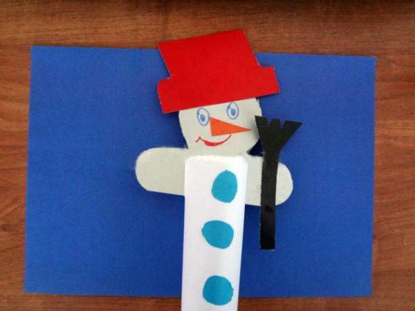 Готовый снеговик в шапке и с метлой