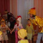 Пятеро детей и взрослый в костюмах показывают представление