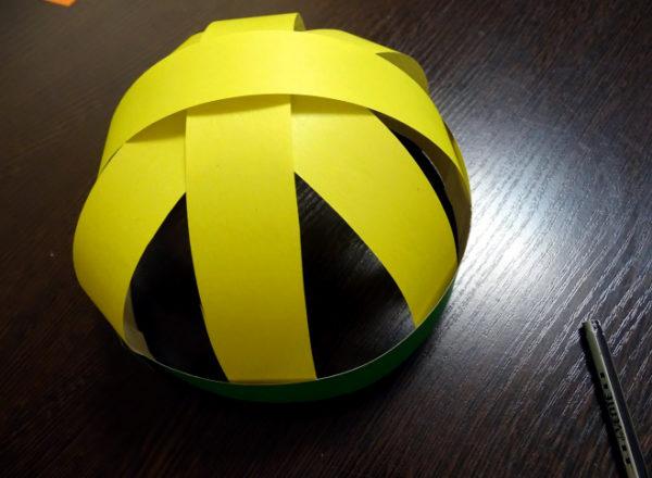 Шапочка из жёлтых полосок