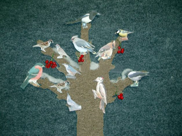 Силуэт дерева из ковролина с размещёнными на нём птицами и ягодами