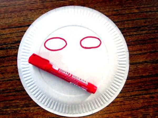 На обратной стороне тарелки нарисованы силуэты глаз