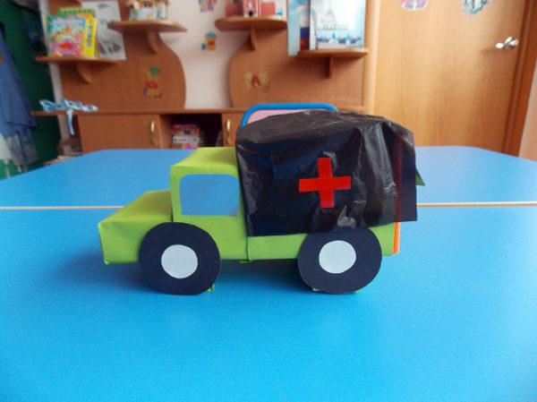 Светло-зелёный медицинский фургон из бросового материала и бумаги