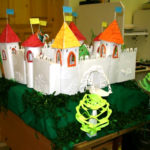 Старинный замок, сконструированный из бумаги и картона