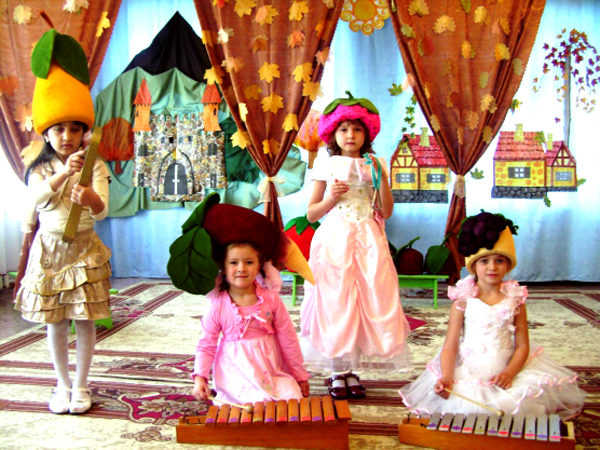 Четыре девочки в нарядных костюмах участвуют в театрализованном представлении