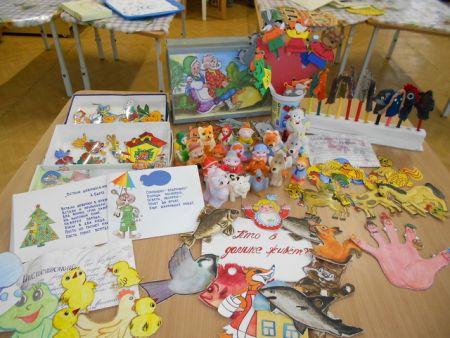 Тексты сказок, вырезанные картинки персонажей, куколки для пальчикового театра на столе