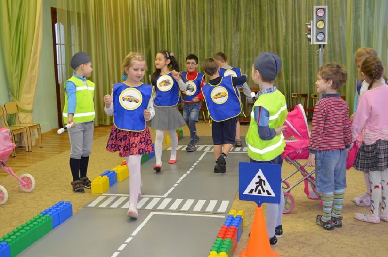 В подготовительной группе систематизируются знания детей о правилах дорожного движения