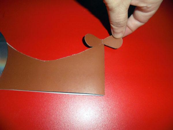 Винтик из картона приклеивается к хвосту