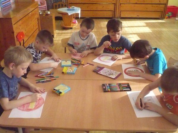 Воспитанники подготовительной группы рисуют дорожные знаки