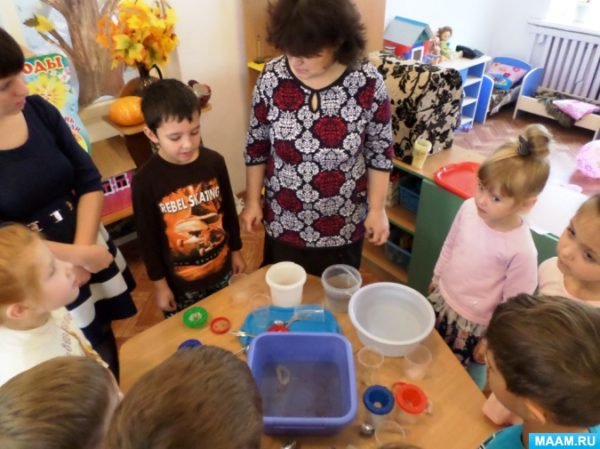 воспитатель и дети готовятся проводить опыт