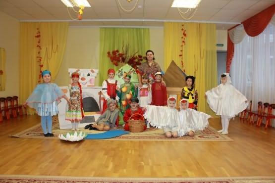 Воспитательница с детьми в костюмах для праздника осени