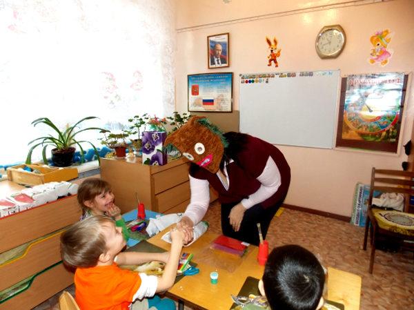 Педагог в маске здоровается с детьми