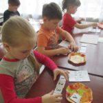 Дети, сидя за партами, выполняют математическое задание