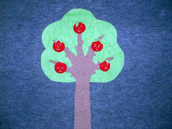 Яблоня из ковролина с яблоками-лицами на ней