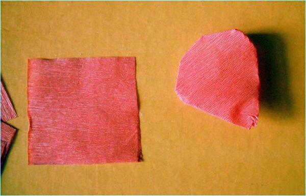 Красный квадратик и пример ягодки, сделанной из бумаги