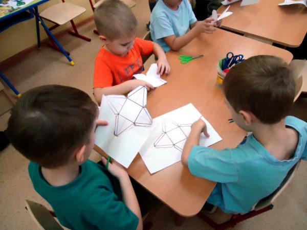 Дети вырезают заготовки для крыш