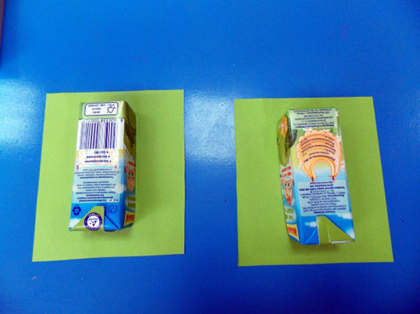 Две половинки коробочки лежат на листах цветной бумаги