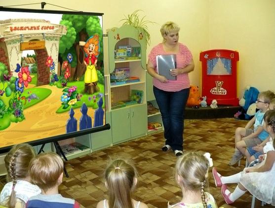 Педагог проводит с детьми занятие по обучению грамоте «Приключения Незнайки и его друзей»