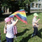 Дети запускают воздушного змея летом