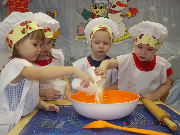 Четверо детей в костюмах поваров