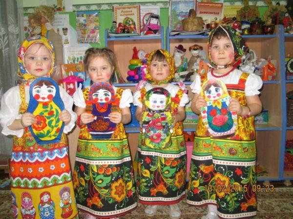 Четыре девочки в костюмах матрёшек