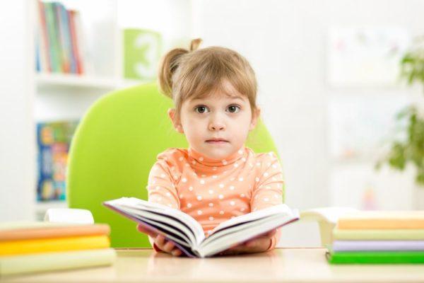 Девочка с открытой книгой