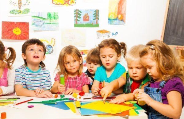 Дети рисуют и работают с цветной бумагой